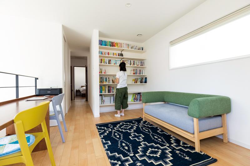 読書好きの娘さんのために壁全面に造り付けの本棚を設置。  開放的なファミリースペースでは、勉強や仕事など、それぞれが自由に過ごしています。