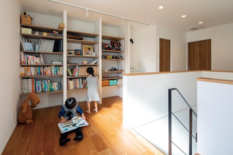 壁面に造り付けの本棚で、見せる収納