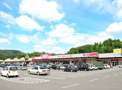 スーパーのほか、書店やレンタルビデオ店なども