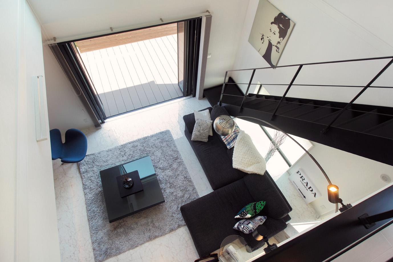 リビングは、2階へと続くスチール階段部分を吹き抜けに。洗練された雰囲気をつくり上げています。また、圧迫感が出ないようにいたるところに窓を設け、光を取り入れやすい工夫を凝らした設計にしています。