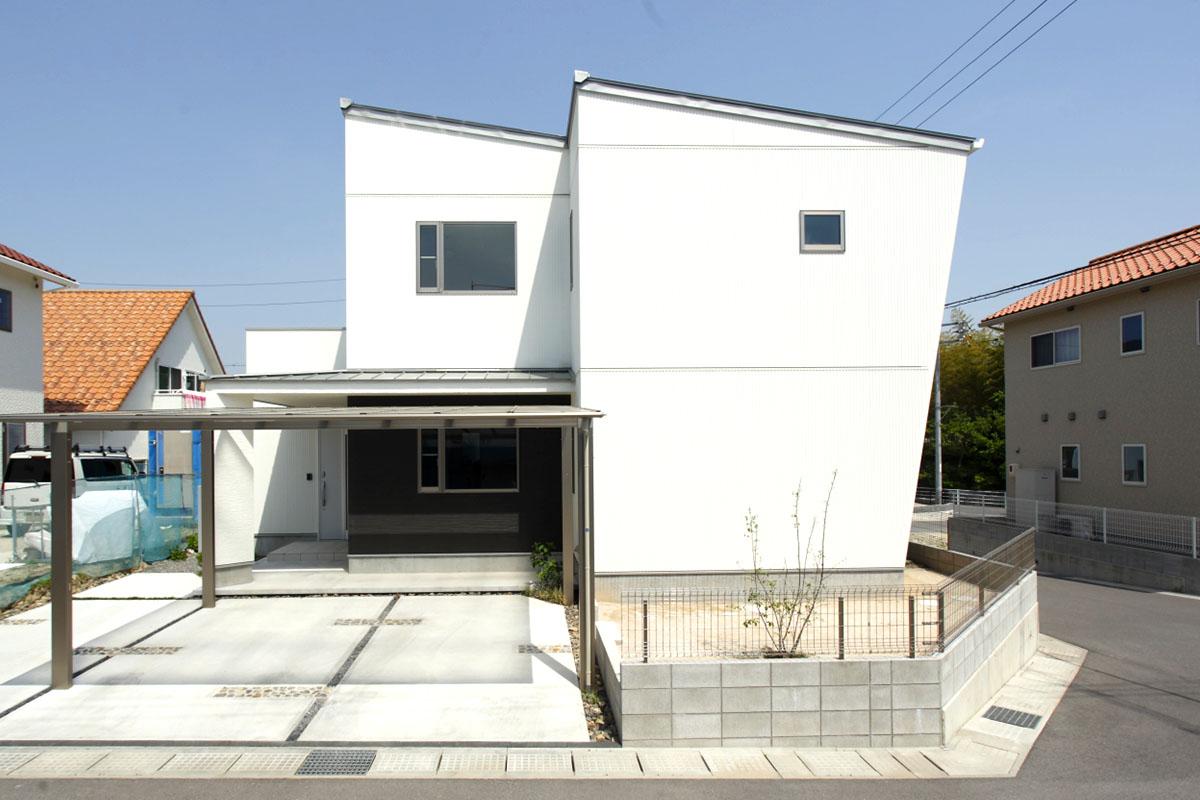 斜めの外観は、設計士・安田の提案。2階に向かって広がるスタイリッシュな外観です。