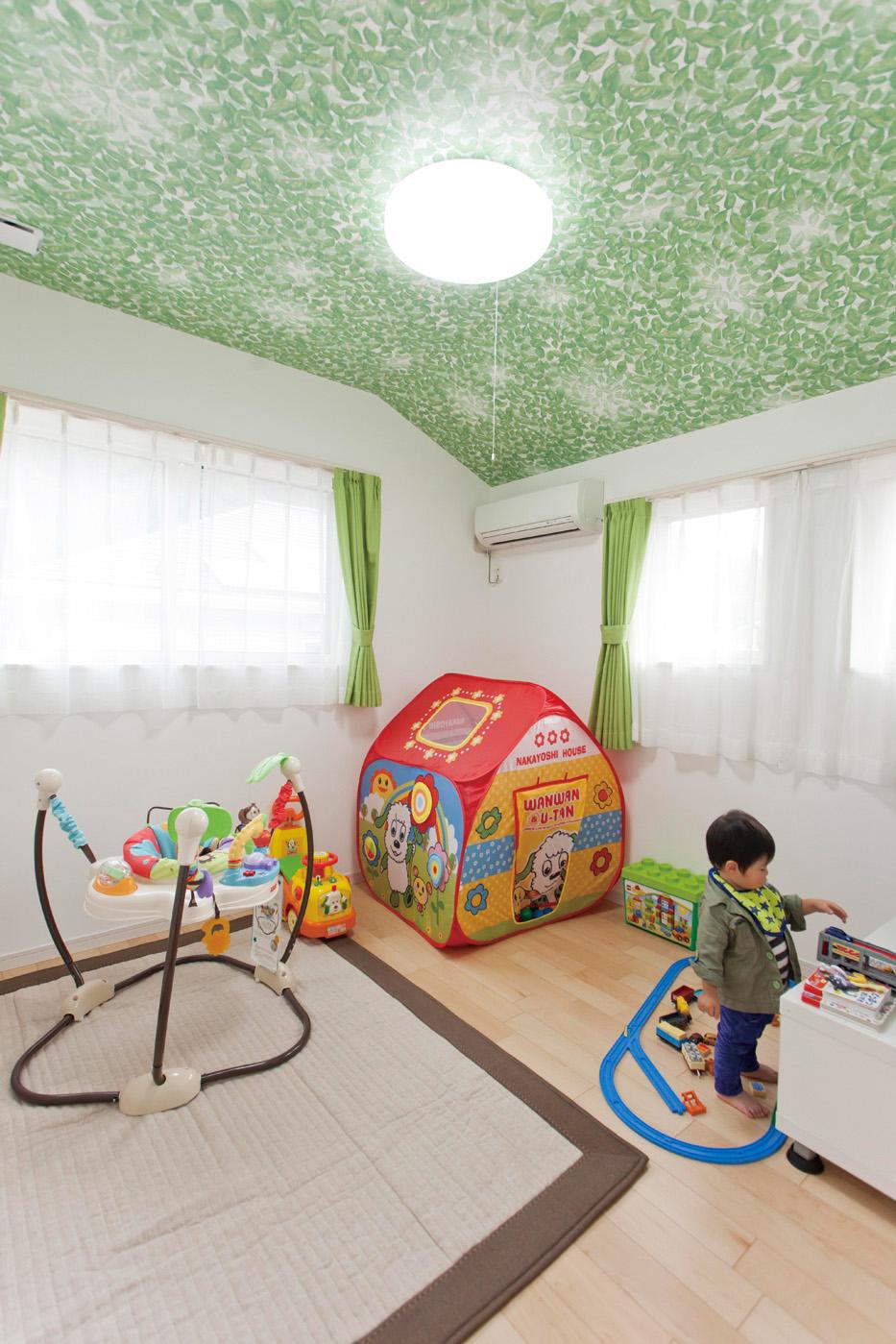 2階にある子供部屋の天井には、木漏れ日や青空をモチーフにしたクロスをチョイス。室内でも自然に触れられ、子供の想像力を育てる環境になっています。