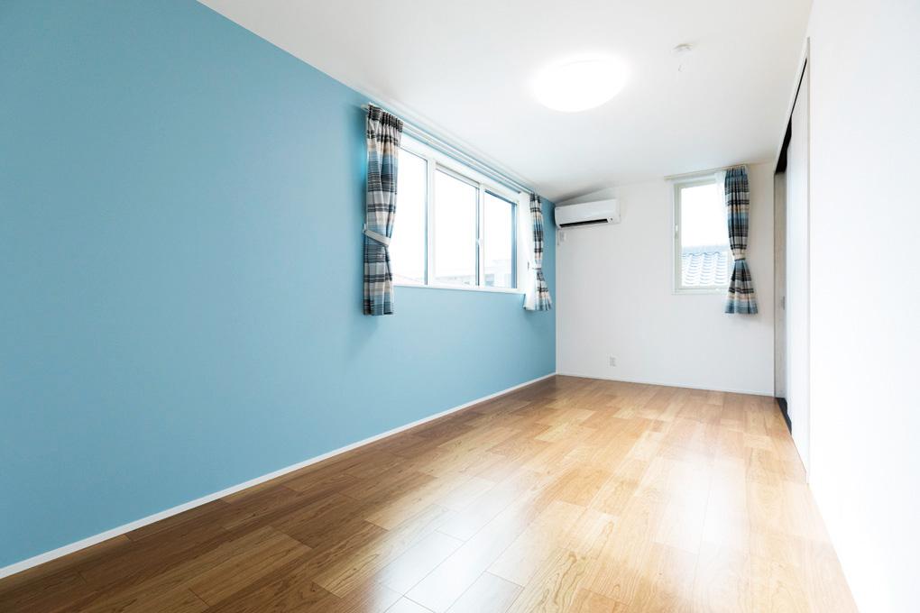 お子さまたちにとっては初めての自分だけの部屋。  壁紙はそれぞれ好みのものを選び、長男さまは青一色、次男さまはカラフルな柄と個性が出ています。  収納スペースを多く設けたので、整理整頓もしやすくなりました。