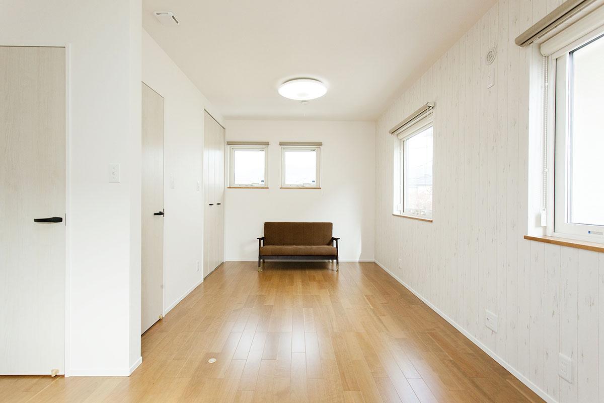 2階の部屋は、出入り口を2ヶ所にし、将来子供部屋として利用して仕切れる作りになっています。また、クロスも一面のみ白い木目調にするなど、細部までこだわりが光ります。
