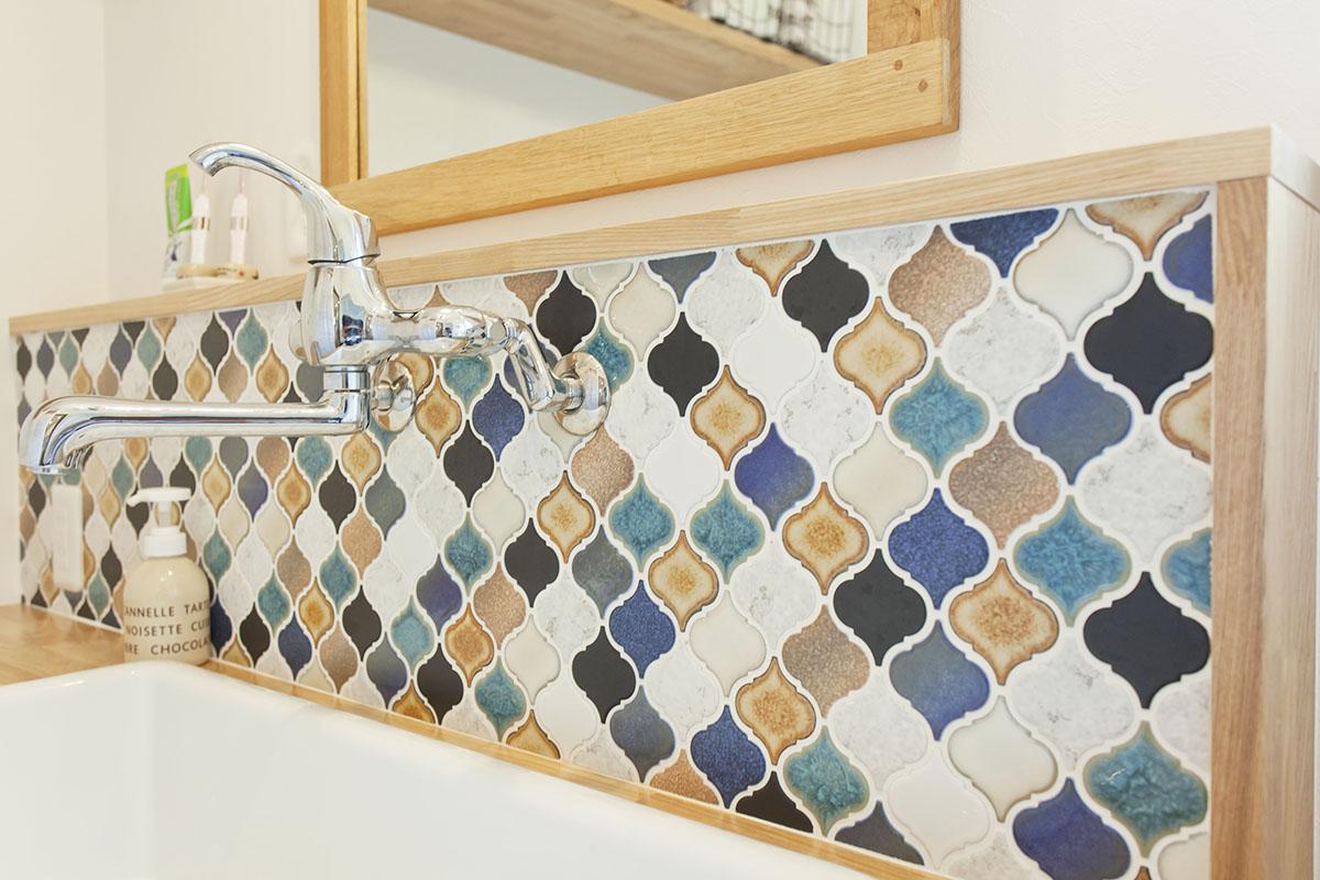 洗面室を華やかに染めるタイルは奥様がサンプルの中から色の組み合わせをPCでシュミレーションして、選び抜いたという名古屋モザイクのコラベル。