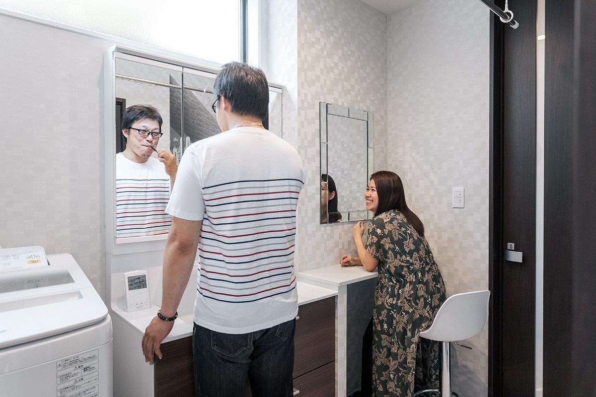 洗面台の隣には奥様こだわりのドレッサースペース。