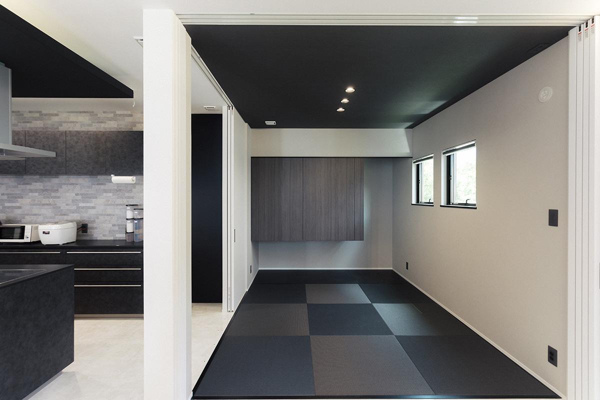 リビングに隣接する和室。お子さんの遊びスペースや客間として活躍します。