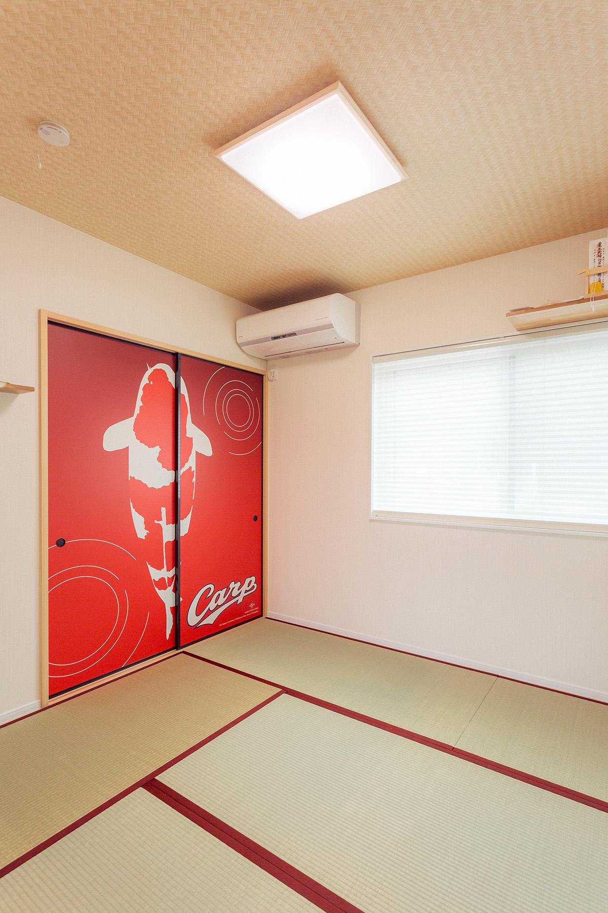 和室はカープの襖がポイント。ご友人が来られると良く写真を撮って帰られるのだとか。