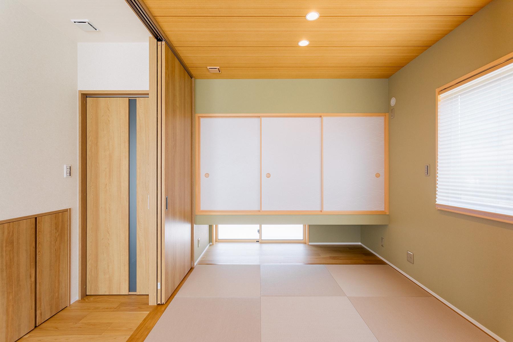 和モダンのデザインを心掛けた和室。扉が収納でき、閉めると個室としても使えます。