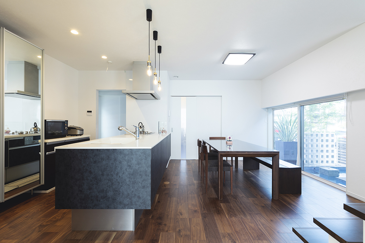 外部からの目線を遮断するため、水盤側の窓と壁の高さのバランスを細かく調整。さらにロールカーテンを採用し、家の中から安心して水盤を見ることができます。