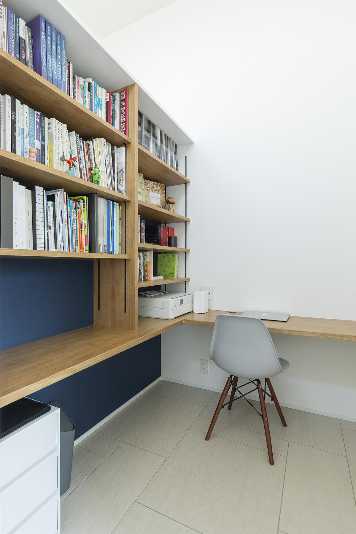 2階に設けた書斎には、ご主人の仕事や趣味に関連する書籍などがズラリ。