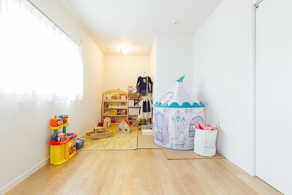 2階の子ども部屋は、木製の滑り台などお子さまのお気に入りのおもちゃがたくさん入っても余裕の広さ。