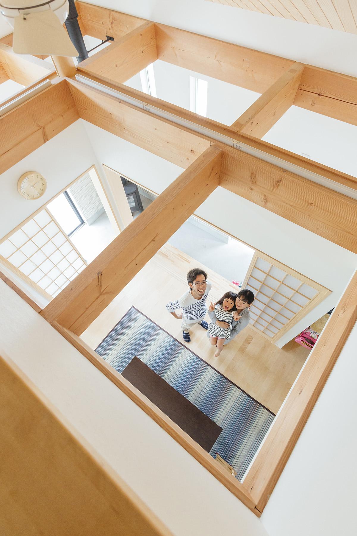 リビングの天井は吹き抜けになっており、梁の見えるモダンなデザインに仕上がっています。