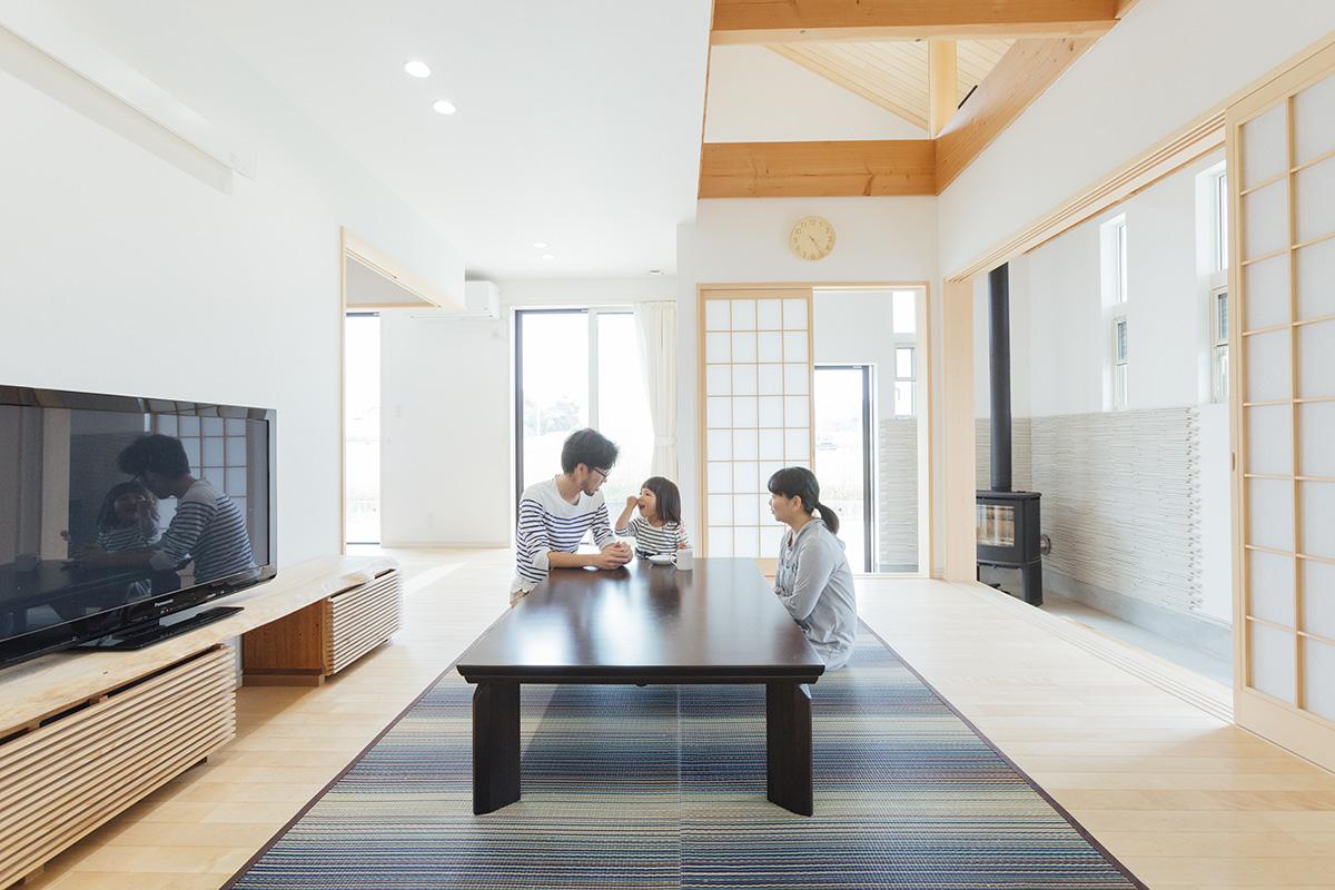 床材には日焼けがあまり目立たないカバザクラを使用。明るくやさしい色合いが、和障子ともマッチしてくつろぎの空間を作り出しています。