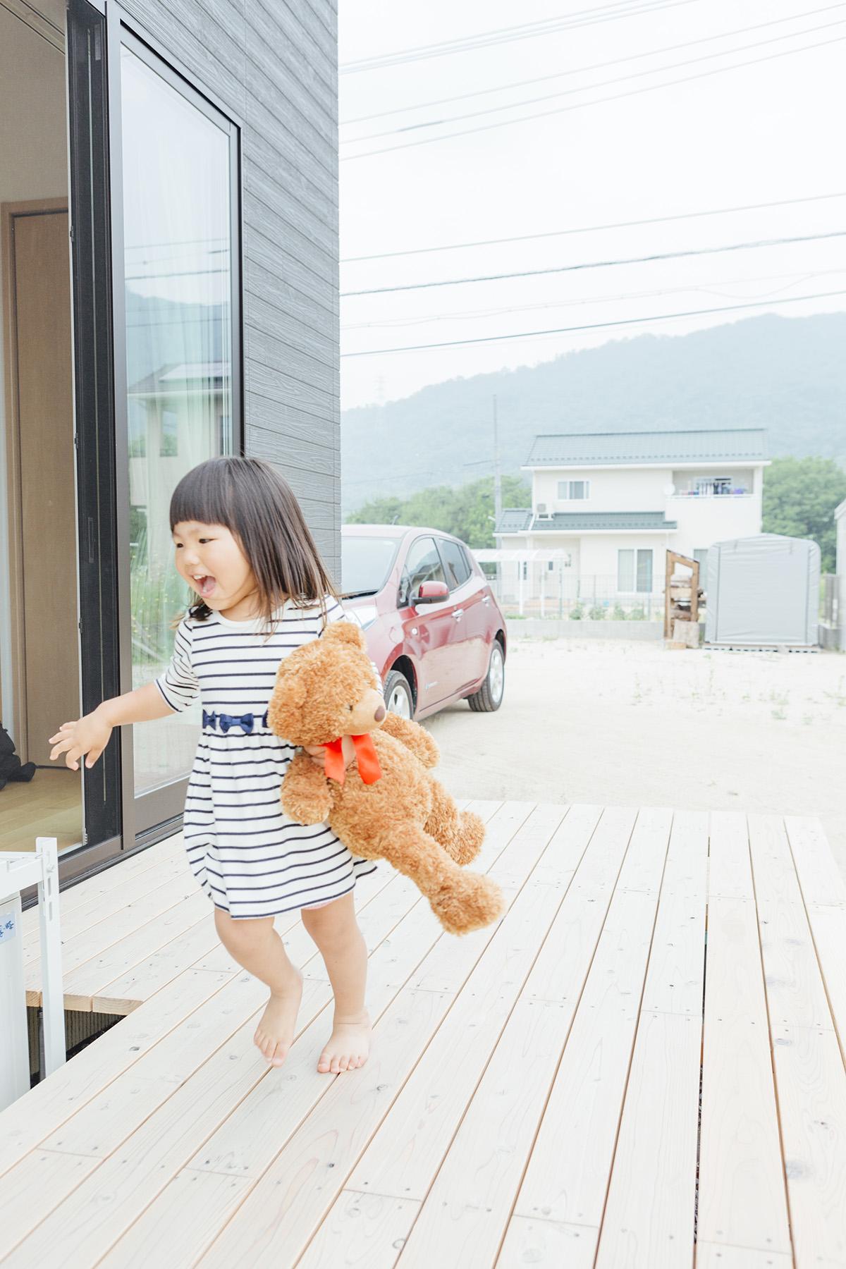 リビングにつながるウッドデッキ。家を建ててからは遊ぶ場所が増え、お子さまが笑顔で走り回るのが日常だそう。