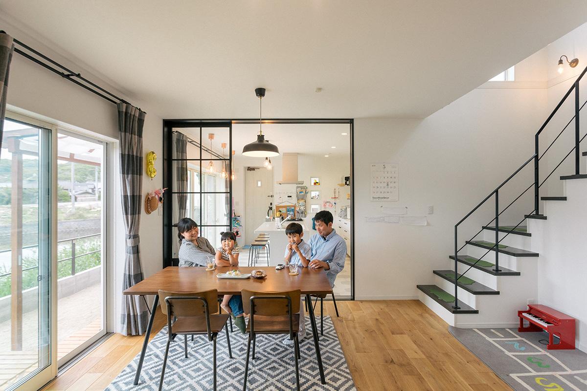 退職後、1階でカフェを営むのが夢だというご夫婦。カフェにした時におもてなし空間と生活空間を分けられるよう、浴室や寝室等を2階に集めました。