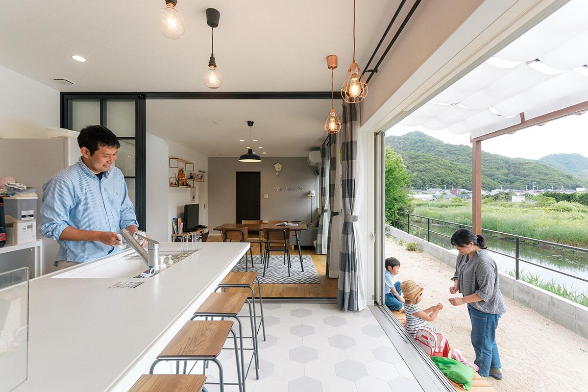 キッチンとリビングの間を仕切るガラス扉を開くと、一続きのLDK空間に。内装は、アイアンの黒をバランスよくあしらったカフェ風の仕上がり。