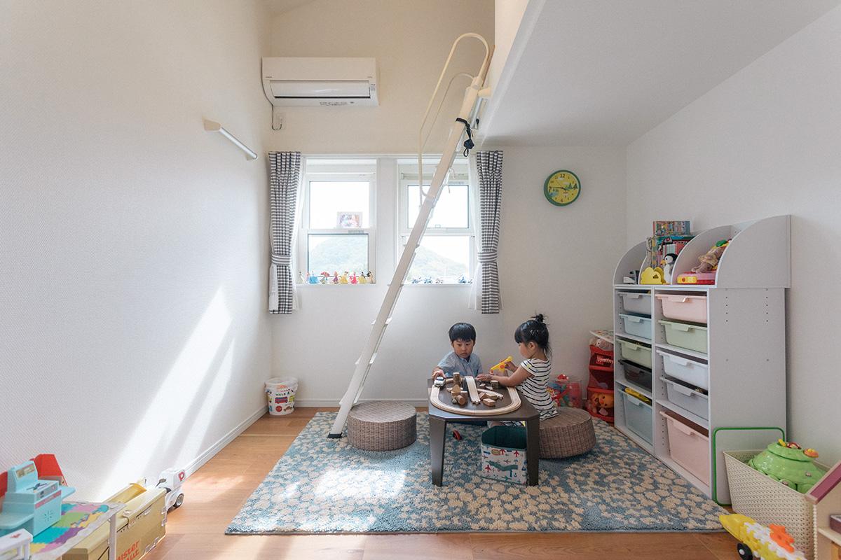 ロフト付きで遊び心がある子ども部屋。