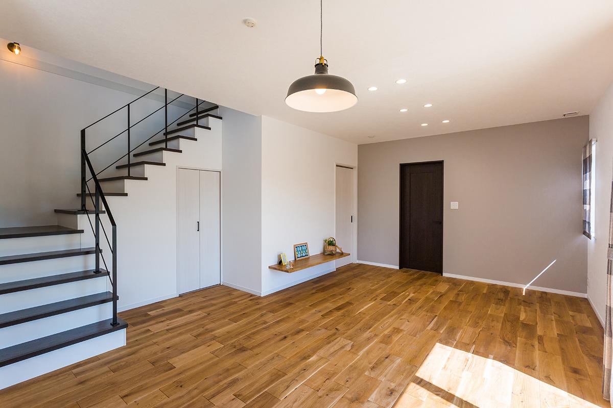 リビングはオークの無垢床を使用。リビング内階段のアイアン手すりがポイントになっています。