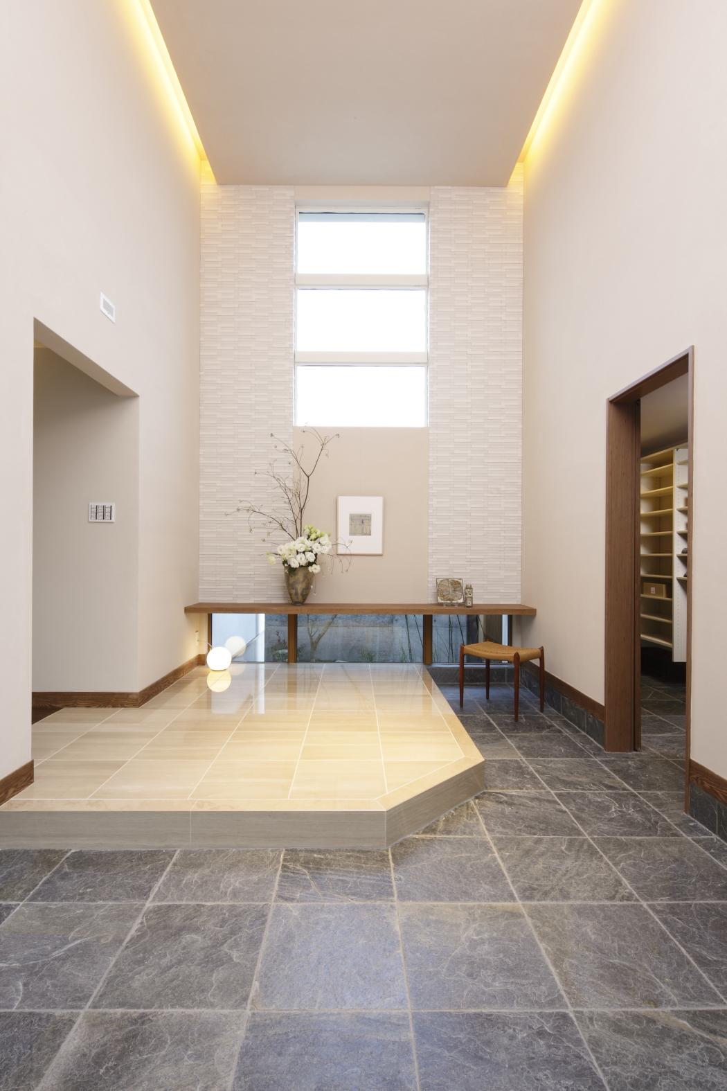 高い天井の玄関には大きな窓を配し採光性に優れています。