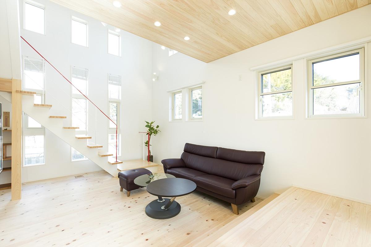 階段の手すりには空間のワンポイントとして赤色を選びました。吹抜けもあり、開放的な空間です。