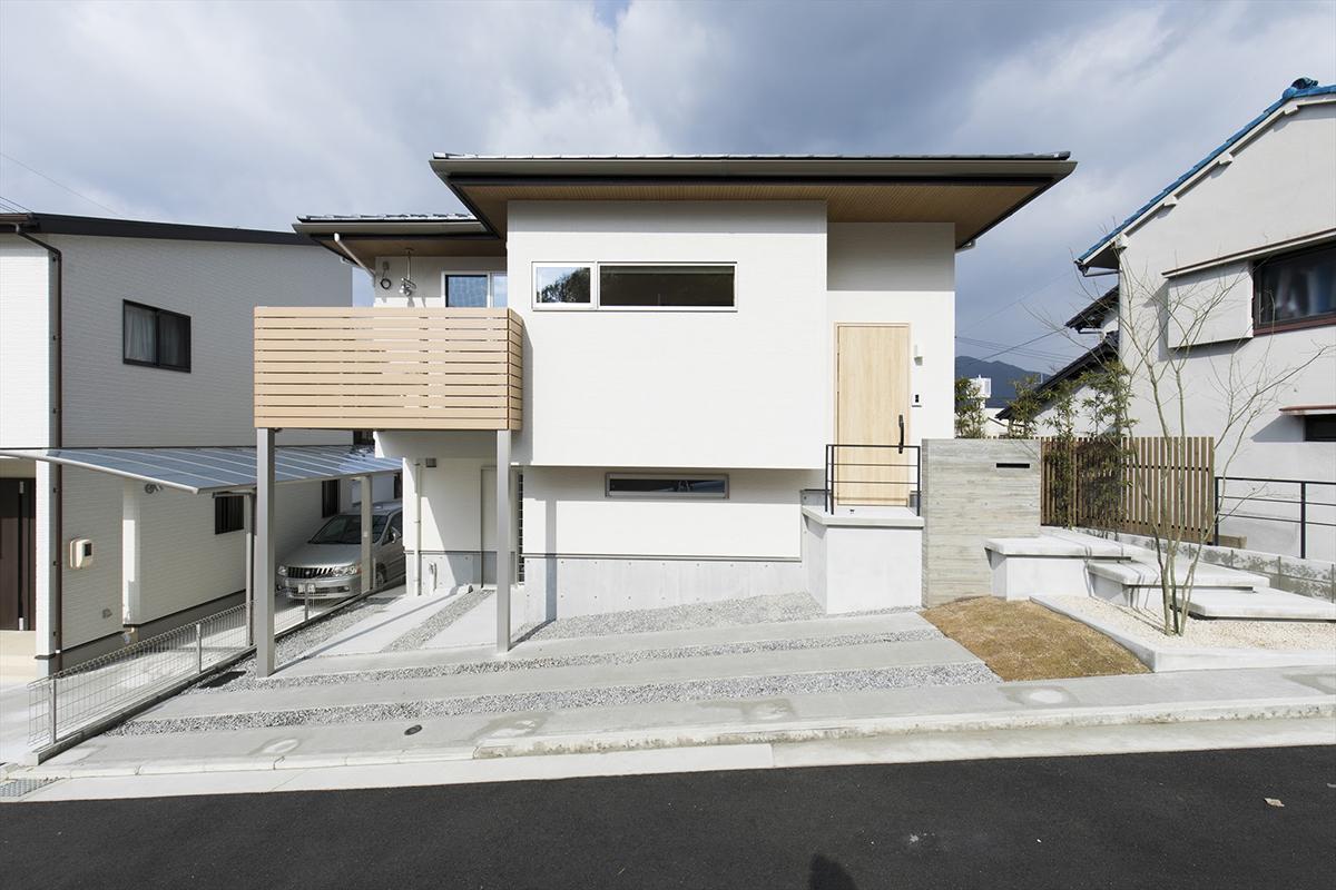 土地の高低差を活かし、玄関を中2階に設け、リビングは2階に。
