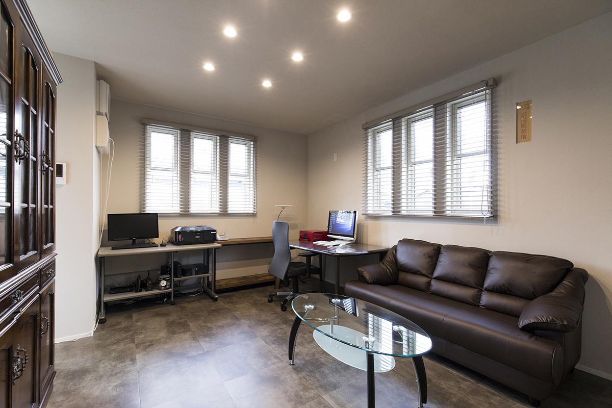 1階に設けた落ち着いた雰囲気のある事務所。シックなデザインがひと味違う空間を演出しています。