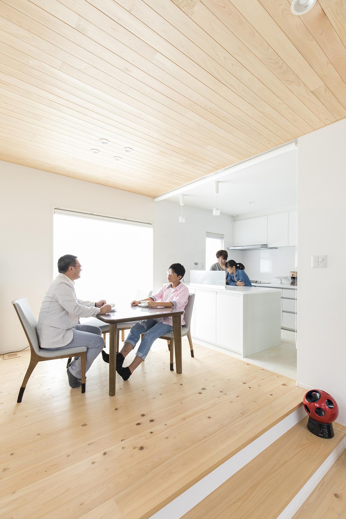 天井や床など、ふんだんに天然素材を活かしたLDK。ご家族の団欒を引き立てる採光性の高い空間づくりになっています。