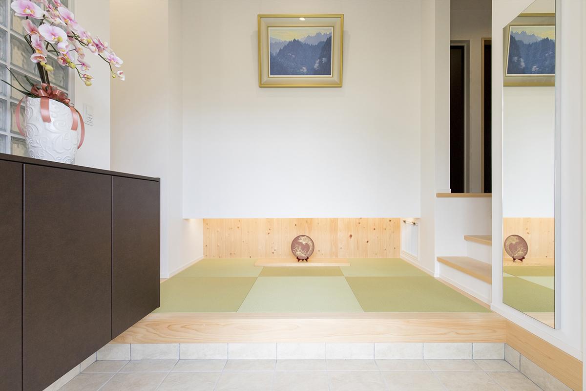 玄関ホールの床材は和紙入りタタミに。和モダンの落ち着いた雰囲気に仕上がりました。