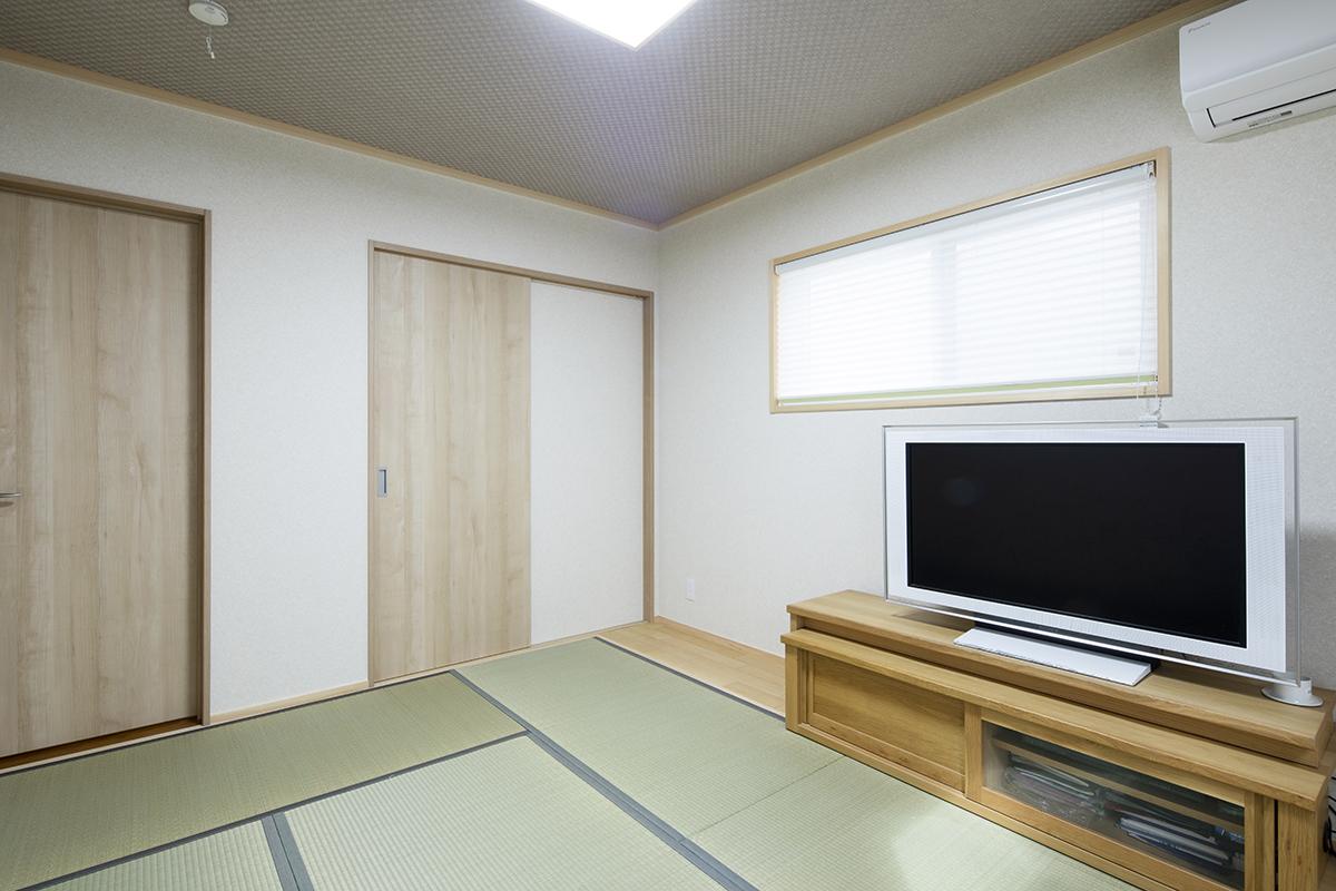 主寝室の床は畳を採用。落ち着く空間に仕上がりました。