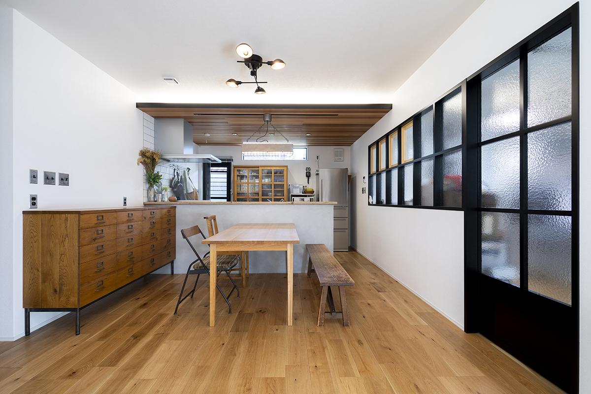 存在感のあるチェストはお気に入り家具の一つ。キッチンカウンターのモルタルやコンロ横のタイルなどにもこだわりました。