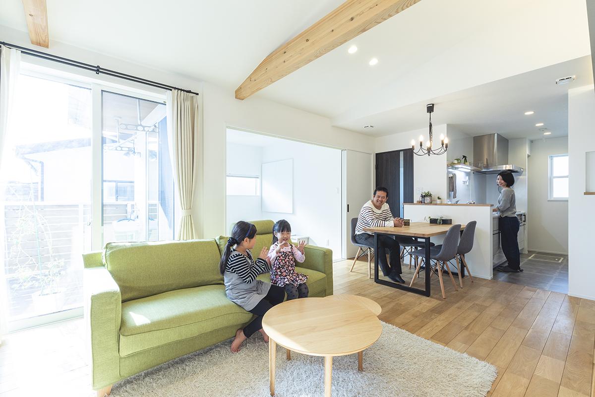 ご家族が集まる2階リビングの床は無垢をセレクト。空間に温かみを添えています。