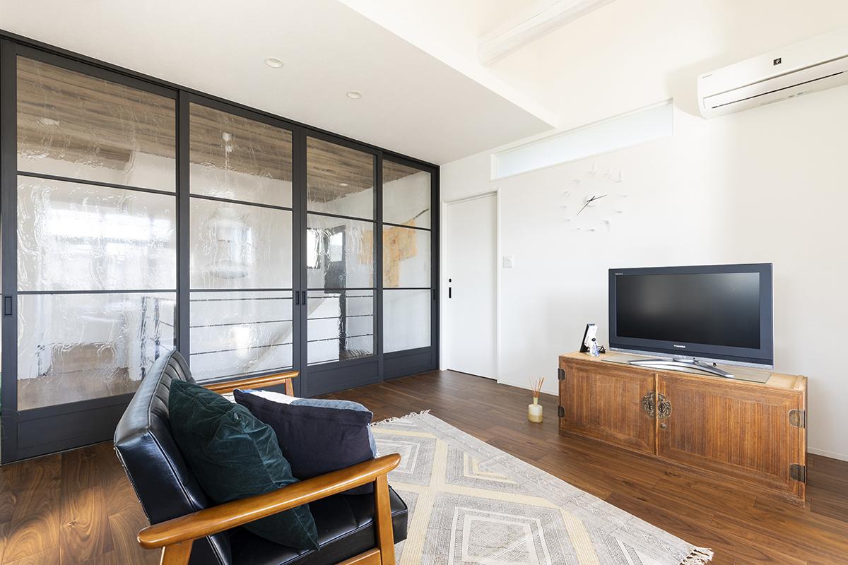 ホール側には大きなガラスが印象的な扉を設置。デザイン性も考慮しました。