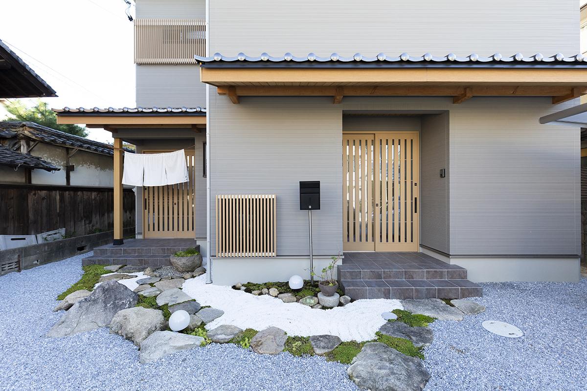 石と苔で枯山水を表現した、風流な玄関アプローチ。奥さまの手作りのれんがが、訪れる人を優しく迎えます。