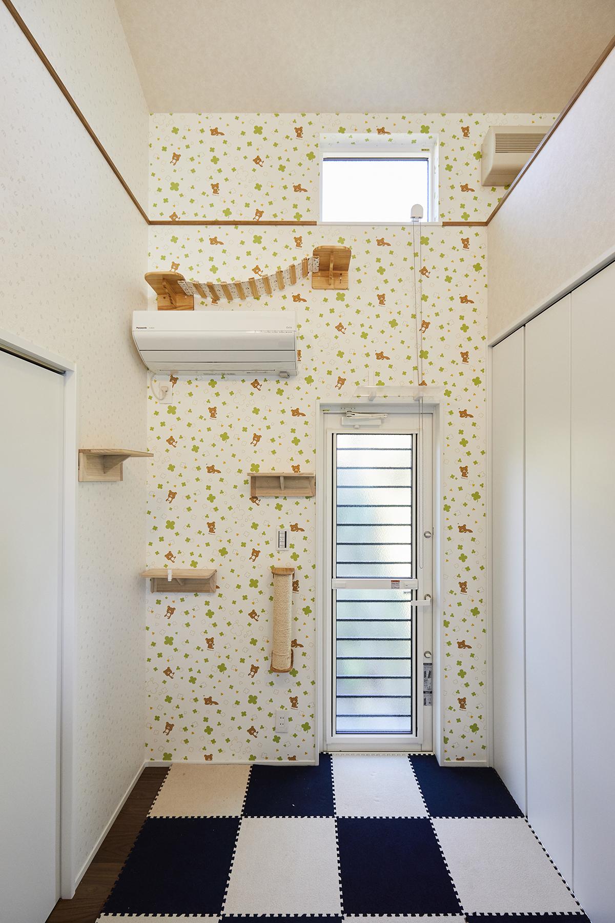 猫たちが広い空間で遊べるようにキャットウォークスペースを設置。