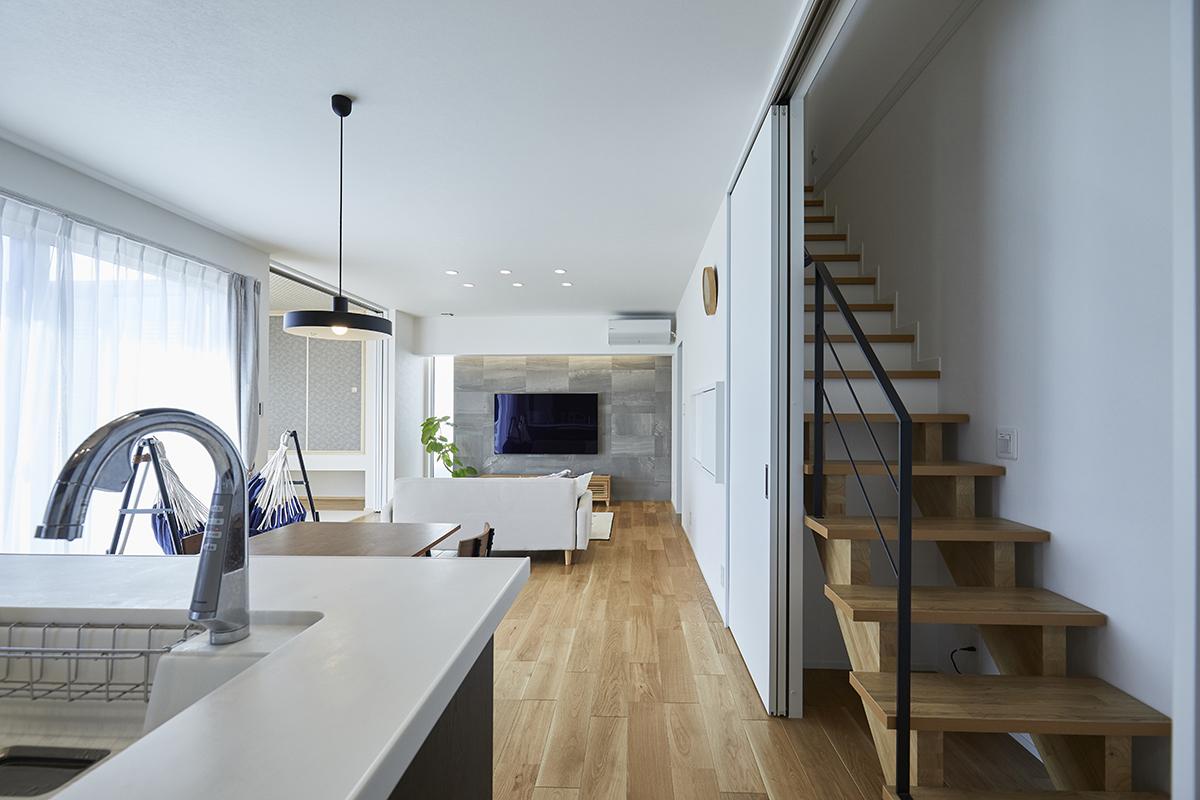 窓の開口を広くとり、キッチンから1階全体を見渡せるような間取りです。