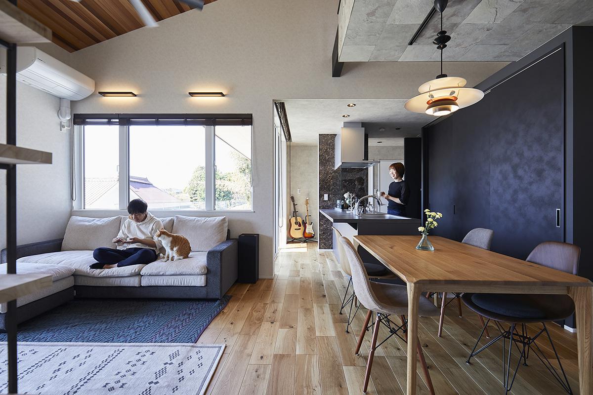 床はオーク材、天井には濃淡の違いが特徴的なレッドシダーを使用したお気に入りのLDK。