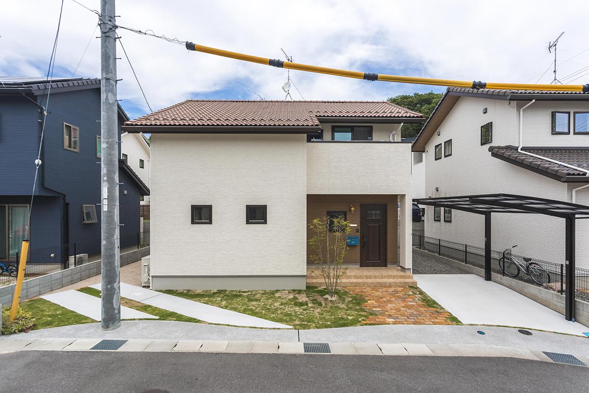 """デザインシリーズの""""kinari""""を参考にされた外観。玄関前のレンガのアプローチもポイントです。"""
