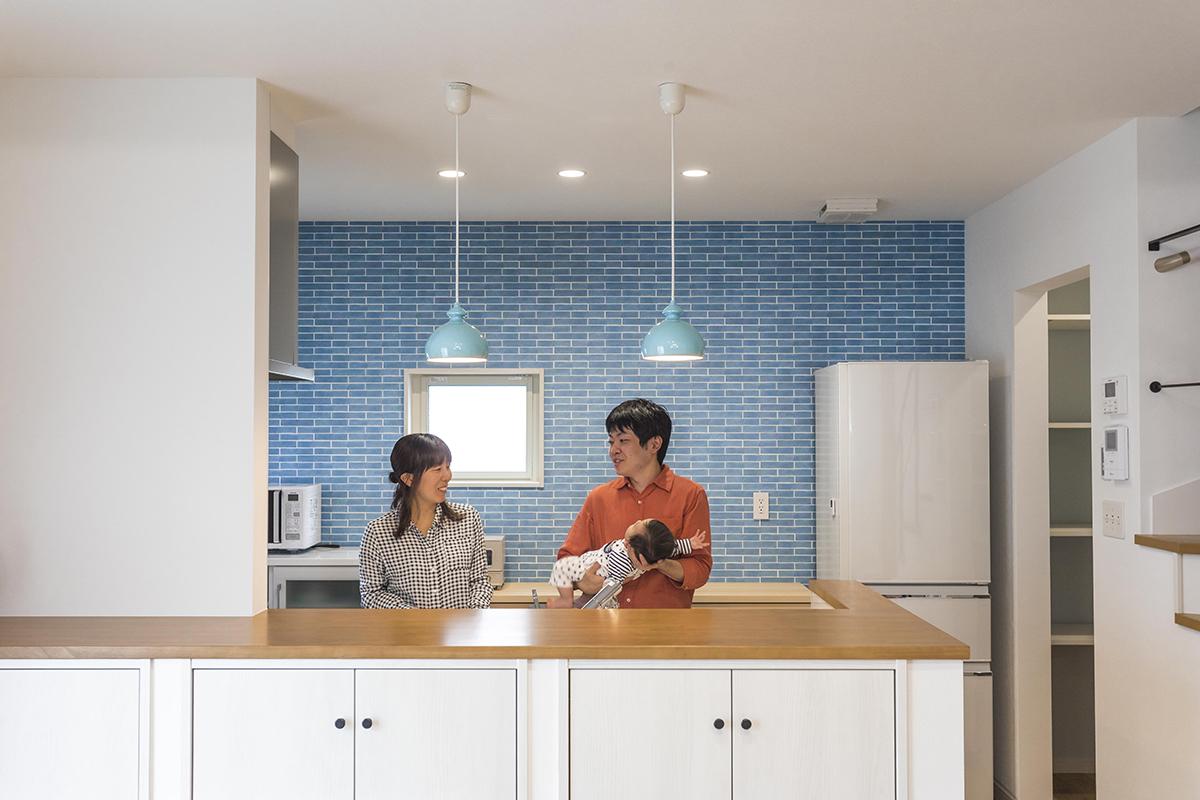 照明・壁紙のブルーが引き立つように白を基調とした内装に。
