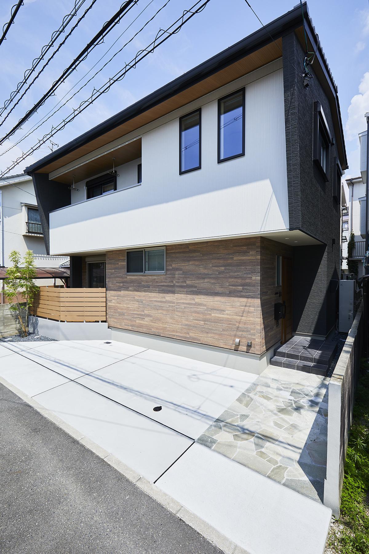 木・黒・白の3色でコーディネートを希望されたY様。南向きなので窓をたくさん作り明るい家になるように考えました。