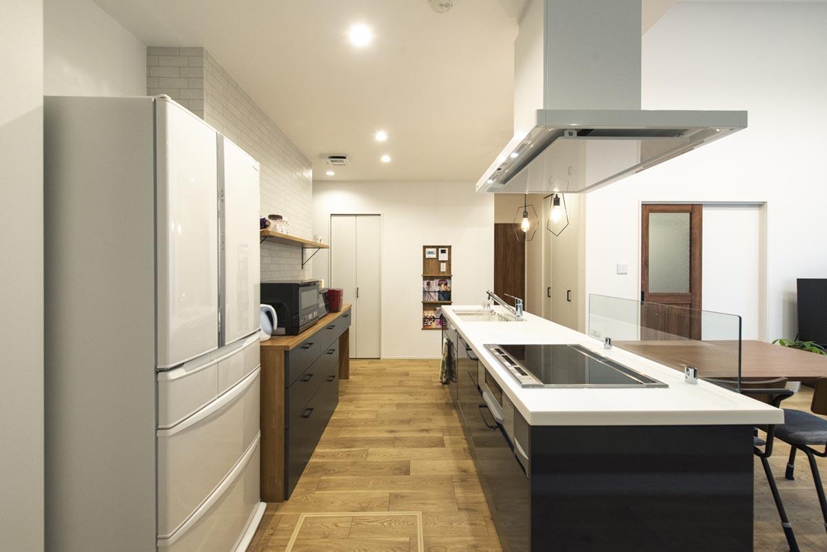 アイランドキッチンは、実例見学会で見たことをきっかけに取り入れられました。壁側のカップボードは造り付けで、色や素材も考えたオリジナルです。