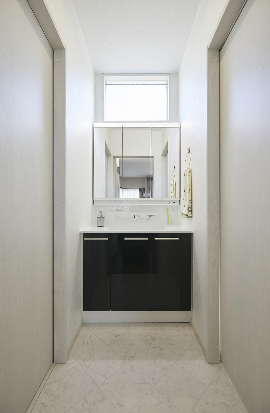 洗面室と脱衣所を分けたプライバシー面に配慮した間取り。特に水回りは清潔感溢れる明るいクッションフロアと、耐水のクロスにこだわりました。