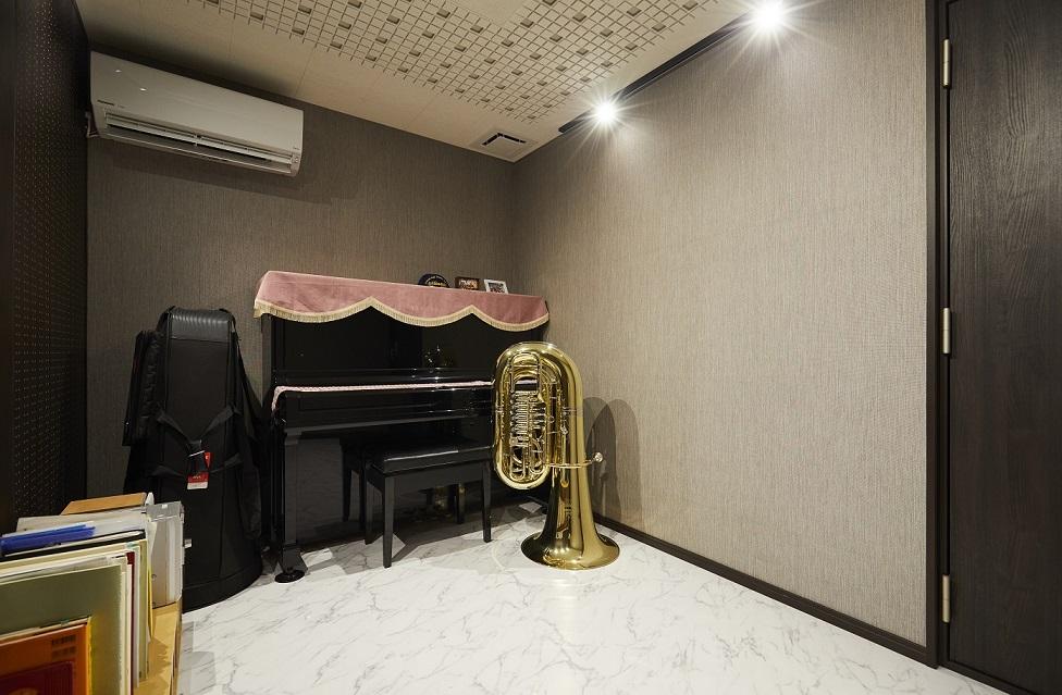 旦那様の習慣である楽器を演奏するためにつくられた防音室。遮音性が高く音漏れが気にならないため、旦那様も心置きなく演奏を楽しまれているそうです。