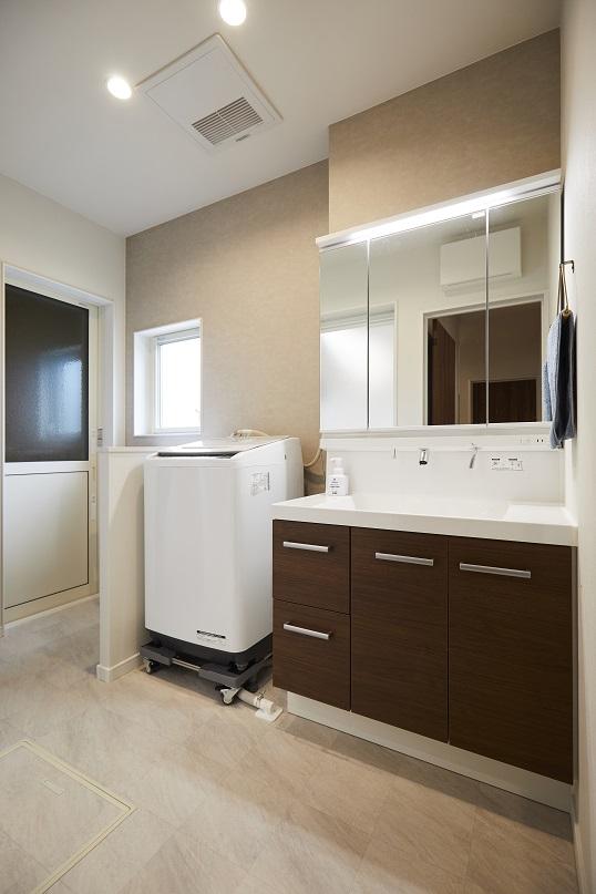 洗面室にはガレージと繋がる勝手口を設けました。汚れて帰宅した時でも、すぐにバスルームへと向かうことができます。