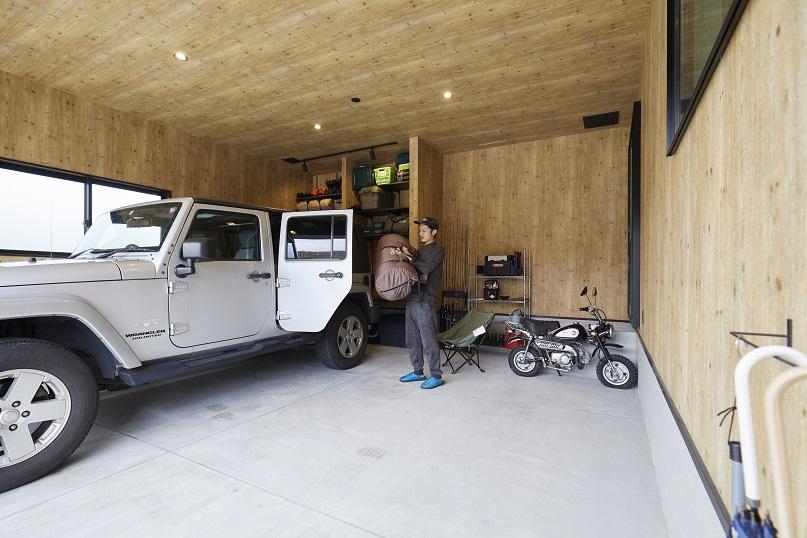 ログハウスのように木の温もりを感じられるビルトインガレージは、アウトドアグッズの収納やお手入れにも十分なスペースを確保。セキュリティ面も安心です。