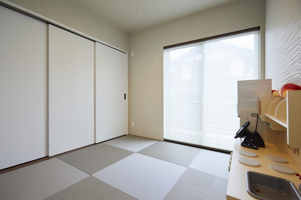 リビングと一続きになっている和室。扉を開放すれば、より一層空間を広く感じることができます。