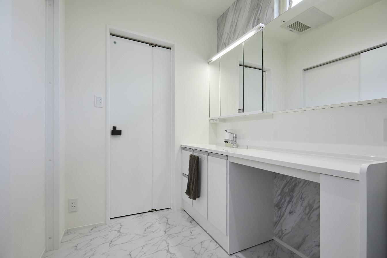 広々とした洗面室には大きな造作洗面台が。収納はもちろん、ちょっとした家事作業もしやすいですね。