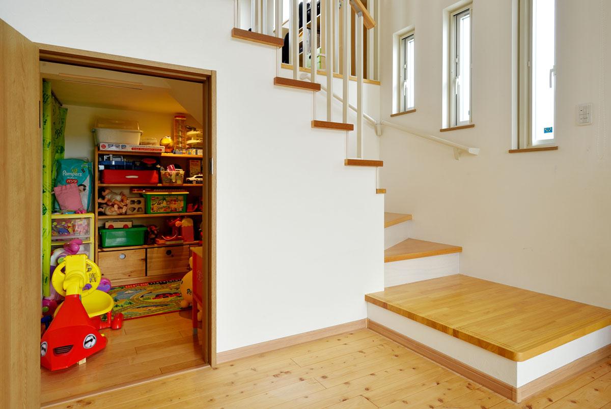 階段下の空間を利用して大容量の収納を設置。