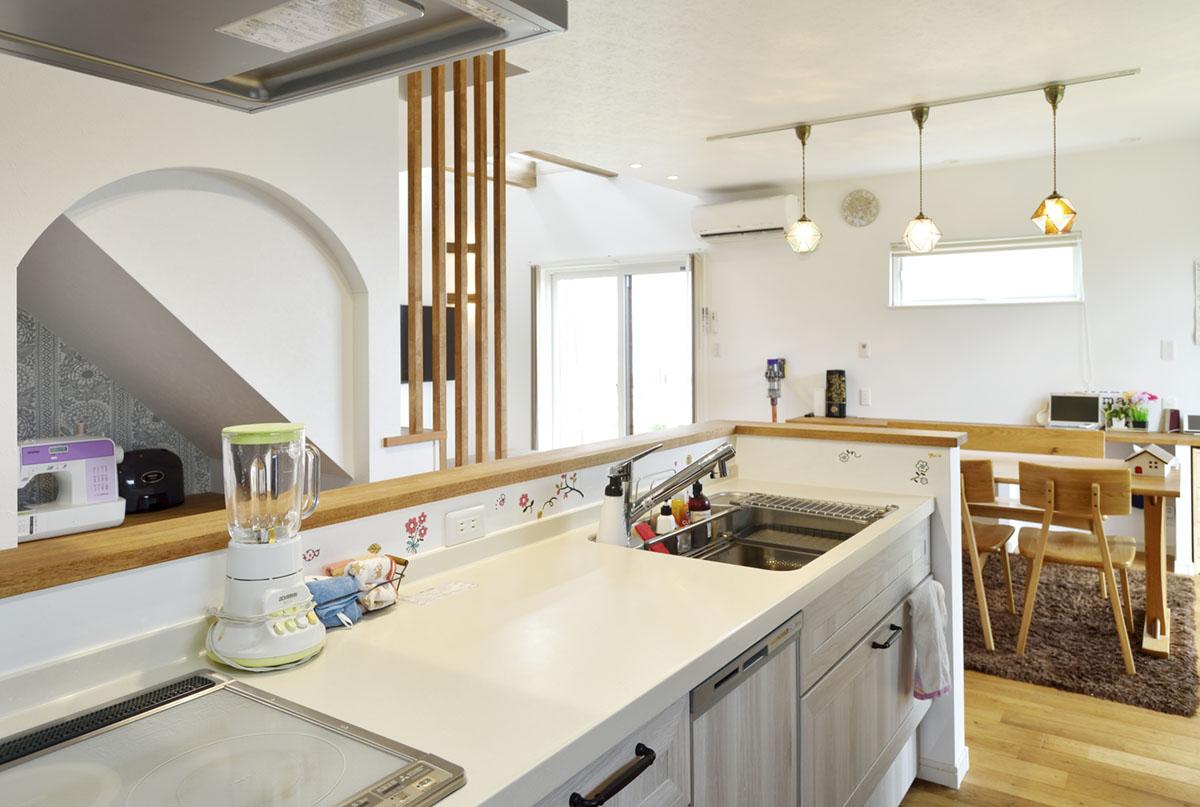 リビングとダイニング、階段が見渡せるキッチン。家族がふれあい、自然と団らんが生まれます。