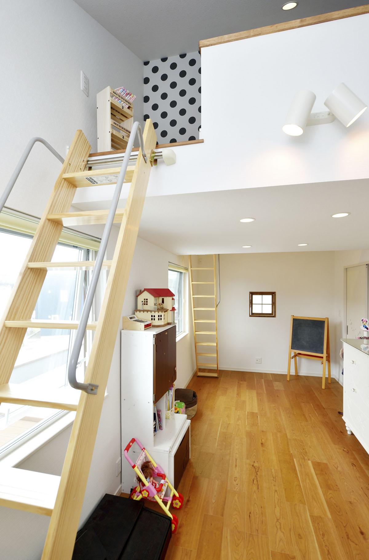 ロフトで仕切られた子ども部屋。ひとつの空間でありながらプライバシーを守る、秘密基地のような楽しい部屋になりました。